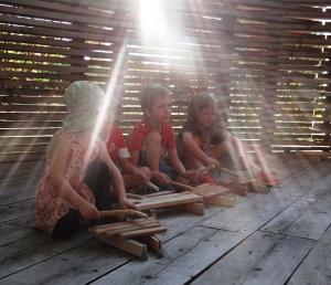 mit den selbst gebauten Xylophons im Sonnenzelt (22.08.15)
