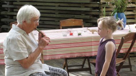 Urgrossmutter und Enkelin flöten